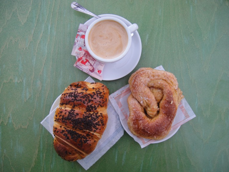 croissant and coffee at faro train station