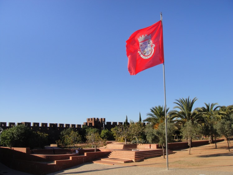 flag waiving at Silves Castle