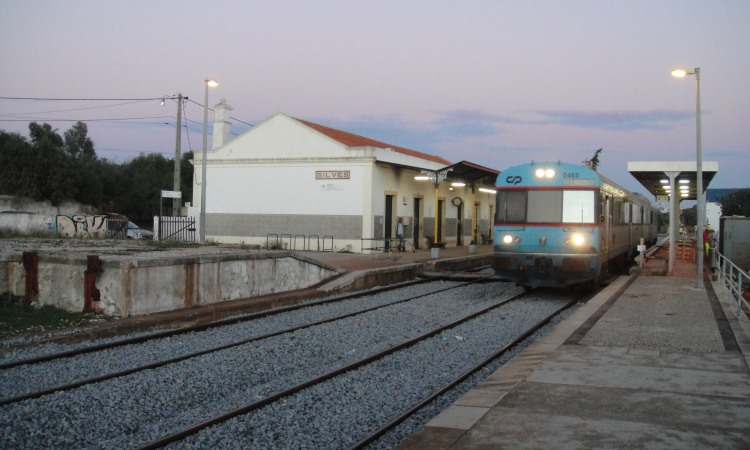 train pulling into Silves station